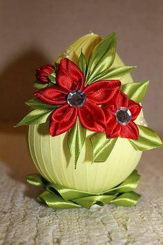 Žlté veľkonočné vajíčko s ružičkami / armas - SAShE. Egg Crafts, Easter Crafts, Diy And Crafts, Kanzashi Flowers, Diy Flowers, Holiday Ornaments, Christmas Crafts, Quilted Fabric Ornaments, Thali Decoration Ideas