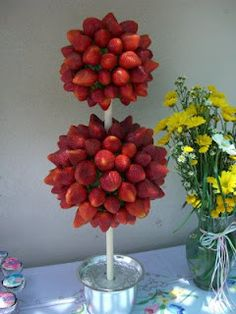 28 Ideas for chocolate covered strawberries display baby shower Backyard Baby Showers, Deco Fruit, Fruit Creations, Topiary Trees, Topiaries, Candy Topiary, Fruit Decorations, Fruit Centerpieces, Chocolate Fountains