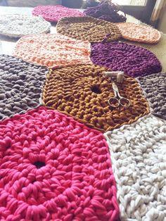 Alfombra hecha con hexágonos. Trapillo. Crochet. Ganchillo. Handmade