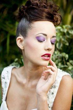 Ausgefallenes Braut-Make-up mit violettem Eyeshadow und leicht glänzenden Lippen in Pink