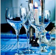 Cristalería de 48 piezas en cristal Sèvres soplado compuesta por: 12 copas de agua, 12 copas de vino tinto, 12 copas de vino blanco y 12 copas de champagne. Se dice de Sèvres que es el cristal más transparente que jamás ha existido y es que no conviene olvidar que esta firma surge en 1750 para satisfacer directamente al Rey Luis XV de Francia.