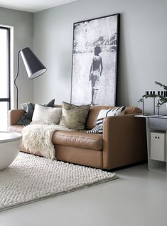 Decoração da sala sofá de couro marrom + parede cinza