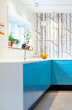 wallpapered kitchen, Woods tree print wallpaper by Cole & Son Ugly Kitchen, Aqua Kitchen, Kitchen Paint, Kitchen Decor, Kitchen Wallpaper, Wood Wallpaper, Print Wallpaper, Diy Kitchen Flooring, Cole And Son Wallpaper