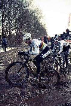 Sven's rear wheel drenched in mud | Bram Paulussen