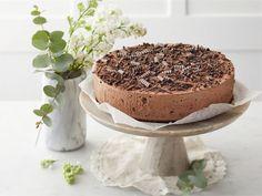Suklaamoussekakku on klassinen jokapaikan höylä. Suklaamoussen pohjan muodostaa keltuais- ja valkuaisvaahto, eikä hyydytysainetta tarvita, sillä suklaa jähmettää moussen jäähtyessään. Kakku on rakenteeltaan kuohkea, mutta tuhti, joten yhdestä kakusta riittää isommallekin porukalle.