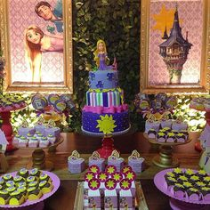 #mulpix Hoje também foi dia de #rapunzel #enrolados para comemorar o 4º aninho da Lorena. Agradecimento especial a querida @vaniaelihimas e @wandabymommy que embarcaram junto com a gente é aceitaram o desafio de fazer essa festa linda em menos de uma semana!  Bolo, doces, cupcakes e pirulitos por @vaniaelihimas // Identidade Visual: @wandabymommy