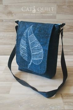 Sharing the fabulous work of fellow quilters geta s quilting studio Messenger bag with an embroidered leaf. Meet new quilters Denim Handbags, Denim Tote Bags, Denim Purse, Patchwork Bags, Quilted Bag, Diy Sac, Craft Bags, Recycled Denim, Simple Bags
