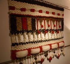 Tapices, telares y cojines elaborados con lanas naturales del sur de Chile... diseños exclusivos y contemporáneos que aportan elegancia y calidez a tus ambientes. Weaving Textiles, Tapestry Weaving, Loom Weaving, Hand Weaving, Weaving Techniques, Embroidery Techniques, Yarn Crafts, Diy And Crafts, Weaving Wall Hanging
