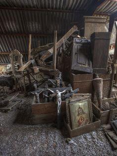 urbex chateau de la foret be Abandoned Churches, Abandoned Property, Old Churches, Abandoned Mansions, Abandoned Places, Mansion Homes, Haunted Places, Urban Exploration, Old Buildings
