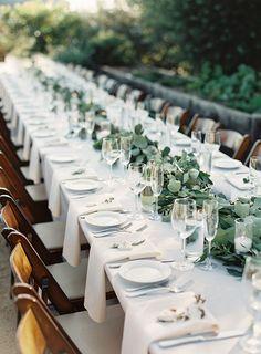 mesa posta casamento no campo com arranjos em folhagem