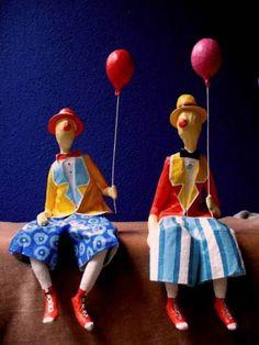 Esculturas em papel de palhaços sentados com balão. Valor unitário. R$ 103,00