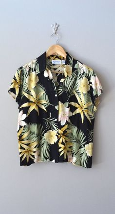 vintage hawaiian shirt / hawaiian floral blouse / Poipu blouse- pair this with high waisted shorts, sandals, and some sunnies and u got yourself an outfit! Fashion Week, Look Fashion, Streetstyle Lookbook, Mode Style, Style Me, Camisa Vintage, Mode Lookbook, Diy Vetement, Vintage Hawaiian Shirts