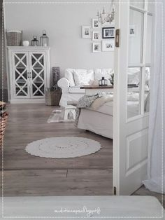 Discover recipes, home ideas, style inspiration and other ideas to try. Cottage Shabby Chic, Shabby Chic Decor, Romantic Home Decor, Romantic Cottage, Romantic Homes, Shabby Chic Romantique, Living Room Decor, Living Spaces, Flat Ideas