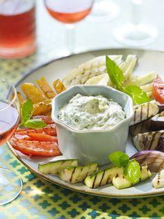 Devos Lemmens | Légumes froids et sauce dipSélection de légumes au choix, poids total de 600 g. Parmi les légumes recommandés, citons les tomates-cerises, les carottes, le chou-fleur, les radis, le concombre, le raifort et le radis chinois. Plusieurs sauces dip D&L (6 à 7 cuillers à soupe par sauce) : Cocktail, Tartare, Samouraï, Brasil et Curry, par exemple. Sauce Cocktail, C'est Bon, Camembert Cheese, Dairy, Cocktails, Cherry Tomatoes, Cucumber, Carrots, Sprouts