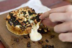 Camembert grillé au pistou et pignons de pin  (Photo Alain Roberge, La Presse)