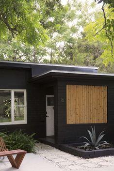 Before & After: A $5,000 Garden Makeover in St. Augustine, Florida - Gardenista Black House Exterior, House Paint Exterior, Exterior House Colors, Exterior Design, Poured Concrete Patio, Concrete Pavers, Paint Concrete, Bungalow, Wood Facade
