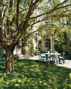I will always be in love with the English garden. Garden Romance: Bella Pollen's English Countryside Home -Vogue Beautiful Gardens, Beautiful Homes, Beautiful Places, Outdoor Dining, Outdoor Spaces, Outdoor Seating, Dining Table, Architecture Design, Parasols