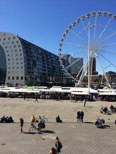 Marathon Rotterdam 2016. Uitzicht vanaf Blaak op de Markthal en op het reuzenrad.