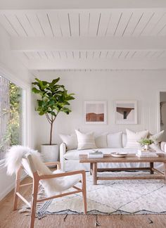 California Style, Epitomized: An Airy Lakeside House Redone by Jenni Kayne (Remodelista: Sourcebook for the Considered Home) Home Design Living Room, Home And Living, Living Room Decor, Living Room Neutral, Barn Living, Cozy Living, Small Living, Modern Living, California Style