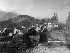 March 1924: A party of Moorish soldiers line a hilltop in Spanish Morocco, on the lookout for Spaniards during the Moroccan War of Independence. (Photo by Topical Press Agency/Getty Images)