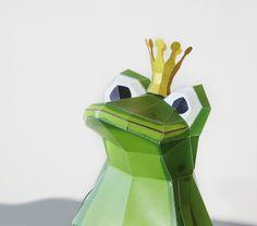 Frog King Papercraft template with golden crown de Paperwolf's Shop sur DaWanda.com