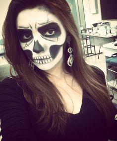 Hoje foi dia de caveiras na aula de Maquiagem Artística. Primeira caveira que faço na vida!  Gostei mutcho <3  #makeup #maquiagemartistica  #caveira #maquiagemdecaveira #terror #halloween #dark #maquiagemanhembimorumbi #uam #instalike by tami.santosmkp