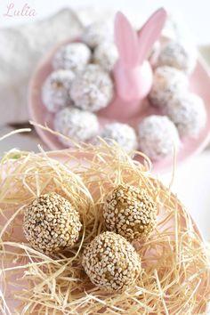 FROHE OSTERN! Zweierlei Energiebällchen Das Rezept findet ihr auf www.lulia.at Cake Cookies, Happy Easter, Recipe
