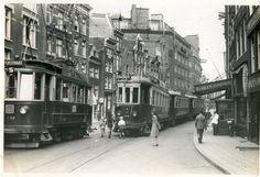 De Spuistraat, zaterdag 31 augustus 1957 tijdens de laatste rit van de Blauwe Tram tussen Zandvoort en Amsterdam.