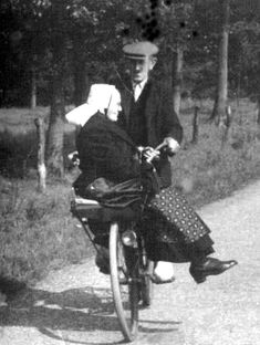 bea old bicycles Old Pictures, Old Photos, Vintage Photographs, Vintage Photos, Holland People, Joy Of Life, Smiling Dogs, My Heritage, Historical Photos