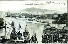 """Møre og Romsdal fylke Ålesund  Aalesund . Flott havnemotiv """"25. november 1905"""" med et par større dampskip (Hurtigruter) og mindre båter. Utg O.M. Ringdal 1905"""