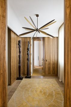 Looking to give your entryway a lift? Check out these foyer décor ideas and create a welcoming entrance hall to come home to. House Design, Modern Console Tables, Interior Design Trends, Interior Architecture, Stunning Rugs, Luxury Interior, Interior And Exterior, Modern Entryway, Modern