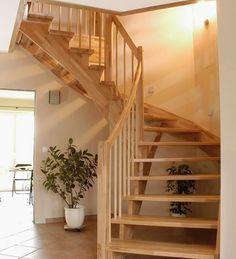 Holztreppe in den unterschiedlichsten Varianten, wandseitig eingestemmt, mit geschwungenen Wand- und Lichtwangen, Wangen und Stufenkanten gerundet.