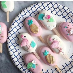 These are basically cake pops (cakesicles) But I like the decorations. Would put it on cookies. Because cake pops are gross. Flamingo Cake, Flamingo Birthday, Flamingo Party, Cake Cookies, Cupcake Cakes, Paletas Chocolate, Cake Chocolate, Magnum Paleta, Kreative Desserts