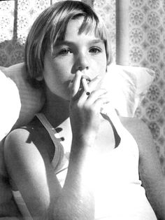 Tatum O'Neal in Paper Moon,a 1973 American crime drama film directed by Peter Bogdanovich. Looks like my sister. Paper Moon, Kids Photography Boys, American Crime, Child Actors, Portraits, Girl Smoking, Drama Film, Great Movies, Movie Stars