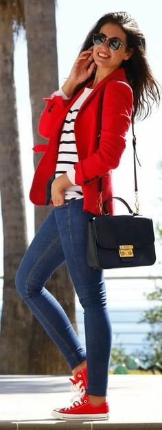 Look con blazer y zapatillas