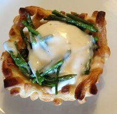Ingredienti per 4 persone: Per i cestini: una confezione di pasta sfoglia rettangolare Per le uova affogate: 4 uova 1 cucchiaio di aceto un pizzico di sale Per la crema di parmigiano:15 gr burro 3...