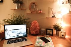 See IRL dorm decor inside the super cozy dorm room of a student at Boston College with a knack for interior design. College Dorm Desk, College Living Rooms, College House, Boston College, Boston University Dorm, College Desk Organization, College Closet, College Life, Organizing