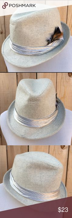 """🎉HP🎉  🎁 Wool Fedora Unisex heathered cream with gray Fedora hat has a silver band with feather. Hat is 100% Wool. Brim is 1.5"""" & inside circumference is 23"""". In excellent new condition with NO spots or damage. NWOT NWOT Accessories Hats"""