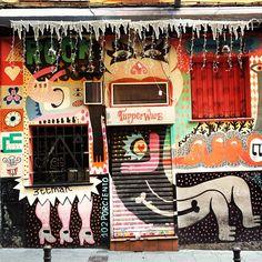 Madrid, Livin' la Vida Loca Jaime. Fachada muy decorada y llamativa