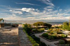 Kleiner Park an den Ruinen der alten Burg von Giens, von hier hat man einen schönen Ausblick auf die zwei Landengen, die die Halbinsel mit dem Festland verbinden