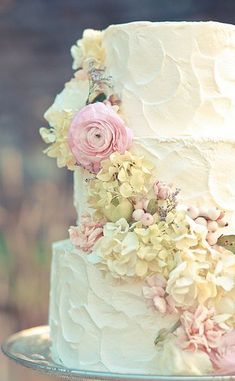 Love this floral Rustic Wedding Cake / Styled by Style Social Events / Photo by Jamie Lauren Photography