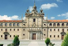 NOSA SEÑORA DA ANTIGA (COLEGIO DE LOS PADRES ESCOLAPIOS) Conocido popularmente como el Escorial de Galicia, es un edificio de estilo herreriano de los siglos XVI-XVII, con dos alas perfectamente simétricas y una iglesia central con una generosa cúpula rematada en linterna. Su construcción fue iniciada por el cardenal Rodrigo de Castro en 1593. Actualmente es el Colegio de los Padres Escolapios y alberga una sobresaliente pinacoteca en la que las joyas más preciadas son las obras de EL GRECO.