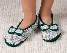 SalixAlba / Háčkované papuče - zeleno-biele s mašličkou Flip Flops, Sandals, Handmade, Shoes, Women, Fashion, Moda, Shoes Sandals, Hand Made