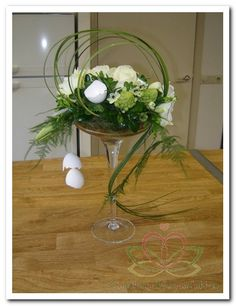 Floral arrangement in a champagne glass Art Floral, Deco Floral, Easter Flower Arrangements, Easter Flowers, Spring Flowers, Contemporary Flower Arrangements, Fleur Design, Diy Ostern, Church Flowers