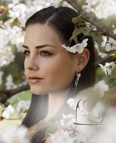 Feminine and elegant diamond earrings will make every bride a princess