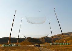 Rekordsprung: Sprung ins Netz ohne Fallschirm aus 7500 Meter Höhe: Da fliegt er noch: Luke Aikins, Extremsportler, Fallschirmspringer und neuer...