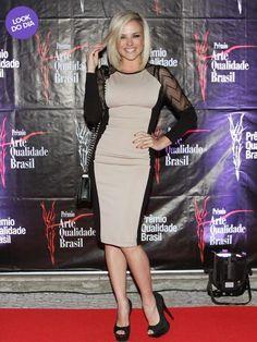 A atriz Natallia Rodrigues aposta em vestido bicolor em evento