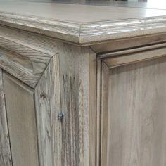 Dettaglio di credenza-base in legno massello di frassino invecchiato