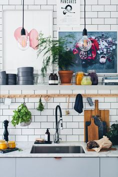 Bilderesultat for green kitchen stories kitchen design Green Kitchen, New Kitchen, Kitchen Decor, Boho Kitchen, Kitchen Shelves, Kitchen Artwork, Kitchen Styling, Sweet Home, Kitchen Stories