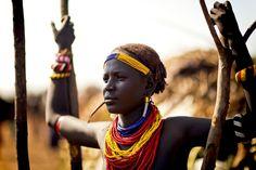 De Dassanetch stam woont op 1 van de warmste plekken in Ethiopië. Ondanks de enorme hitte vond deze meid het nog heel leuk om lekker stoer voor de foto te poseren ;) Door communitylid StevenG - NG FotoCommunity © Upload zelf je mooiste foto's op www.nationalgeographic.nl/gebruiker/fotografie/foto/toevoegen